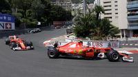 Kimi Raikkonen saat berada paling depan diikuti Sebastian Vettel pada balapan F1 GP Monako di Monte-Carlo, (28/5/2017). (AP/Claude Paris)