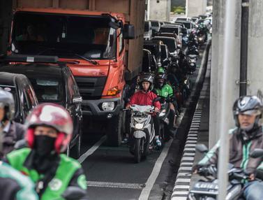 Bandel, Pengendara Motor Masih Melintas  di Jalur Sepeda