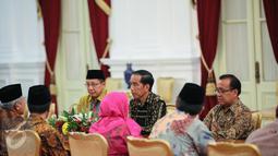 Pengurus Majelis Ulama Indonesia (MUI) bertemu Presiden Joko Widodo di Istana Merdeka, Jakarta, Selasa (5/1). Pertemuan MUI dengan Presiden untuk membahas perdamaian di Timur Tengah, khususnya antara Iran-Arab Saudi. (Liputan6.com/Faizal Fanani)