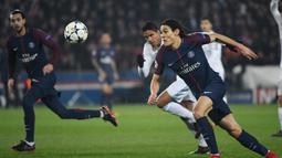 Striker PSG, Edinson Cavani, berusaha mengejar bola saat melawan Real Madrid pada laga Liga Champions di Stadion Parc des Princes, Paris, Selasa (6/3/2018). Madrid berhasil lolos ke delapan besar. (AFP/Christophe Simon)