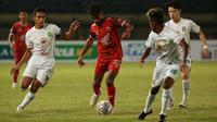 Hanya semenit kemudian, PSM menambah keunggulan. Yakob Sayuri berhasil memanfaatkan bola liar hasil tendangan rekan satu timnya untuk menjadi gol tambahan bagi PSM Makassar. (Bola.com/Ikhwan Yanuar)
