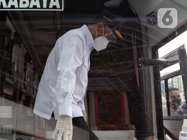 Menhub Budi Karya Sumadi mengecek kesiapan salah satu bus di Terminal Bus Terpadu Pulo Gebang, Jakarta, Kamis (31/12/2020). Sebelumnya Menhub Budi Karya Sumadi bersama Wagub DKI Jakarta Ahmad Riza Patria meresmikan sistem tiket elektronik Terminal Pulo Gebang. (Liputan6.com/Helmi Fithriansyah)