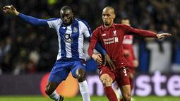 Duel antar Fabinho dan Moussa Marega pada leg kedua babak perempat final Liga Champions yang berlangsung di Stadion do Dragao, Porto, Kamis (17/4). Liverpool menang 4-1 atas Porto. (AFP/Paul Ellis)
