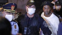 Sebelumnya, Ronaldinho dan saudaranya, Roberto Assis, harus mendekam di jeruji besi karena kasus penggunaan paspor palsu untuk memasuki Paraguay. (AP/Jorge Saenz)