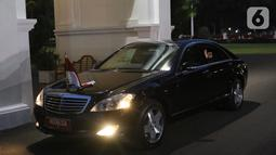 Presiden Joko Widodo atau Jokowi melambaikan tangan dari dalam mobil saat tiba di Istana Merdeka, Jakarta, Minggu (20/10/2019). Usai dilantik menjadi Presiden RI untuk kedua kalinya, Jokowi  langsung kembali ke Istana Merdeka. (Liputan6.com/Angga Yuniar)