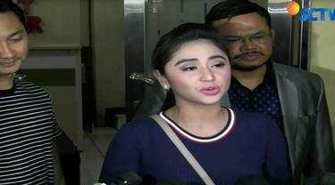 Selain diperiksa, Dewi Persik juga menyerahkan dua bukti berupa video rekam kejadian dan pernyataan Dirlantas Polda Metro Jaya