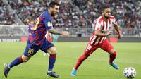 Megabintang Barcelona, Lionel Messi, mencetak berebut bola dengan pemain Atletico Madrid, Renan Lodi pada laga semifinal Piala Super Spanyol di King Abdullah Sports City, Jeddah, Kamis (9/1/2020). Barcelona harus menjalani pertandingan yang dramatis saat kalah 2-3 dari Atletico Madrid. (AP/Hassan Am