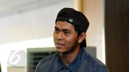 Musisi muda Cakra Khan saat menghadiri peluncuran album bertajuk Signature Bebi Romeo di Jakarta, Rabu (3/5/2015). Bebi Romeo melakukan kolaborasi dengan penyanyi atas Indonesia dalam menggarap album terbarunya. (Liputan6.com/Panji Diksana)