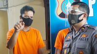 Kapolsek Tampan berbincang dengan pelaku ganjal ATM yang telah beraksi 25 kali di Pekanbaru.  (Liputan6.com/M Syukur)