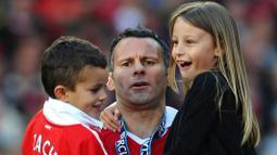 Ryan Giggs dan Stacey Cooke menikah pada 7 September 2007. Hubungan cinta mereka dikaruniai dua orang anak yakni, Zach dan Libby. (Foto: AFP/Paul Ellis)