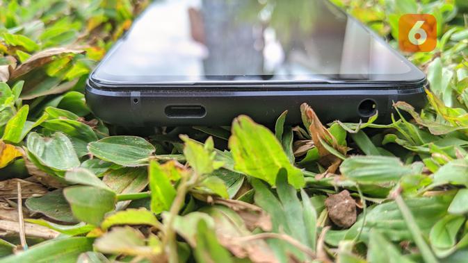 Port USB C dan audio jack 3,5mm di ROG Phone 5. (Liputan6.com/ Yuslianson)