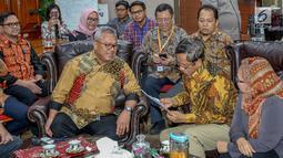 Mantan Ketua MK Mahfud MD berbincang dengan Ketua KPU Arief Budiman di Gedung KPU, Jakarta, Rabu (24/4). Mahfud MD percaya kepada KPU yang sudah cukup profesional, terbuka, transparan, dan terawasi dalam melaksanakan setiap tugasnya selama pelaksanaan pemilu. (Liputan6.com/Faizal Fanani)