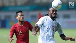 Pemain Timnas Indonesia, Ricky Fajrin (kiri) berebut bola dengan pemain Hong Kong pada laga uji coba internasional di Stadion Wibawa Mukti, Cikarang, Selasa (16/10). Babak pertama, Indonesia unggul 1-0. (Liputan6.com/Helmi Fithriansyah)