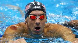 Tanda merah sebesar koin terlihat di pundak Michael Phelps, selama Olimpiade Rio 2016 di Rio de Janeiro, Minggu (7/8). Phelps memang satu dari sejumlah atlet di Olimpiade 2016 yang memilih terapi bekam untuk menjaga kebugarannya. (REUTERS/Michael Dalder)