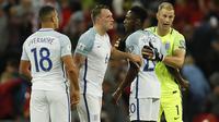 Pemain Inggris, Joe Hart, Danny Welbeck, Phil Jones dan Jake Livermore merayakan kemenangan atas Slovakia pada laga grup F kualifikasi Piala Dunia 2018 di Wembley stadium, London, (4/9/2017). Inggris menang 2-1. (AP/Kirsty Wigglesworth)