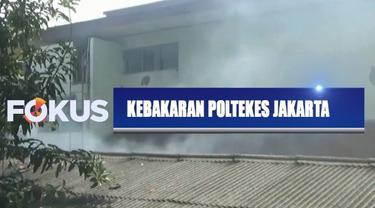 Dengan peralatan seadanya, warga berusaha memadamkan api sambil mencari sumber api yang berasal dari dalam rumah.