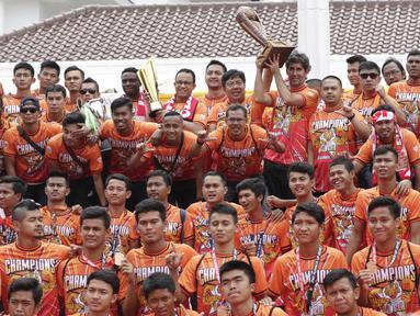 Pemain Persija Jakarta foto bersama di Balai Kota, Jakarta, Sabtu (15/12). Pawai tersebut untuk merayakan keberhasilan Persija meraih gelar Juara Liiga 1 Indonesia. (Bola.com/M Iqbal Ichsan)