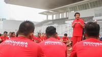 Ketua Umum PB PASI, Bob Hasan memberikan arahan kepada atlet atletik di Stadion Madya Senayan, Jakarta, Selasa (13/3/2018). Pelatnas Asian Games 2018 PB PASI kembali dipusatkan di Stadion Madya Senayan. (Bola.com/Asprilla Dwi Adha)