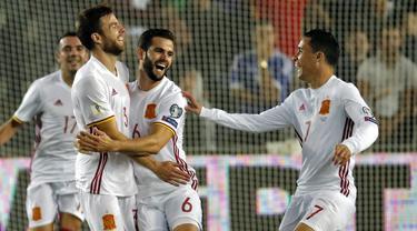 Para pemain Spanyol merayakan gol yang dicetak Asier Illarramendi ke gawang Israel pada laga kualifikasi Piala Dunia 2018 di Stadion Teddy, Yerusalem,Senin (9/10/2017). Israel kalah 0-1 dari Spanyol. (AFP/Thomas Coex)
