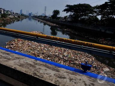 Sampah yang terbawa aliran Kali Banjir Kanal Barat menumpuk di wilayah Roxy, Jakarta Pusat, Jumat (31/10/14). (Liputan6.com/Johan Tallo)