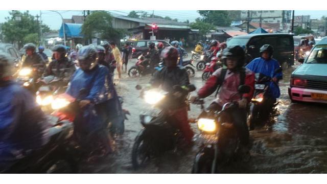 Seperti sudah diprediksi, air kiriman dari hulu Sungai Ciliwung mulai masuk ke wilayah bantaran Ciliwung di Jakarta. Sejak Senin dinihari, sejumlah wilayah Ibu Kota mulai terendam.  Badan Penanggulangan Bencana Daerah (BPBD) DKI Jakarta pada pukul 03.00