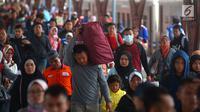 Suasana arus balik di Stasiun Senen, Jakarta, Senin (18/6). Belum terjadi lonjakan pemudik pada arus balik tiga hari setelah Lebaran. (Merdeka.com/Imam Buhori)