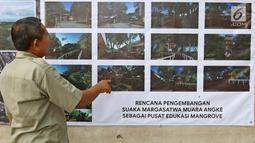 Petugas melihat contoh pembangunan di Suaka Margasatwa Muara Angke, Jakarta, Selasa (17/9/2019). Suaka Margasatwa Muara Angke akan dikembangkan sebagai pusat edukasi mangrove. (Liputan6.com/Herman Zakharia)