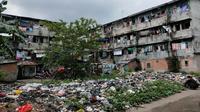 Sampah berserakan di Komplek Rumah Susun (Rusun) Jalan Radial Palembang (Liputan6.com / Nefri Inge)