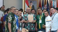 Komisioner KPU, Ilham Saputra (tengah) bersama perwakilan partai politik menunjukkan amplop dokumen perolehan suara saat rapat Rekapitulasi Hasil Penghitungan Perolehan Suara Tingkat Nasional dan Penetapan Hasil Pemilu 2019, Jakarta, Minggu (5/5/2019). (Liputan6.com/Helmi Fithriansyah)