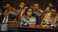 Menkeu Sri Mulyani (tengah) hadir di ruang sidang MK, Jakarta, Selasa (20/09). Menurut Sri Mulyani dengan tax amnesty, pemerintah dapat memiliki dana dalam jangka pendek untuk membangun proyek infrastruktur. (Liputan6.com/Faizal Fanani)