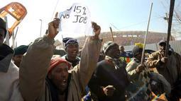 Sekitar 2 ribu pekerja konstruksi melakukan aksi mogok, menuntut kenaikan upah, di depan Soccer City Stadium, Soweto, dekat Johannesburg, 8 Juli 2009. AFP PHOTO / ALEXANDER JOE