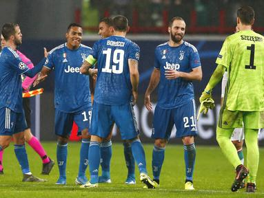 Para pemain Juventus merayakan kemenangan atas Lokomotiv Moscow pada laga Liga Champions di RZD Arena, Rabu (6/11). Lokomotiv Moscow takluk 1-2 dari Juventus. (AP/Alexander Zemlianichenko)