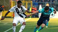 Gelandang Juventus, Douglas Costa, berebut bola dengan pemain Atalanta, Hans Hateboer, pada laga Serie A di Stadion Atleti Azzurri, Rabu (26/12). Kedua tim bermain imbang 2-2. (AP/Paolo Magni)