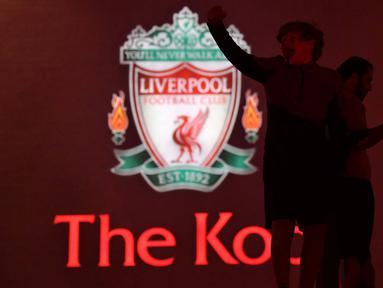 Fans merayakan Liverpool memenangkan gelar Liga Premier menyusul kemenangan 2-1 Chelsea atas Manchester City di luar stadion Anfield, Inggris (25/6/2020). Liverpool meraih mahkota juara Liga Premier Inggris setelah mengakhiri gelar selama 30 tahun penantian.  (AFP Photo/Paul Ellis)