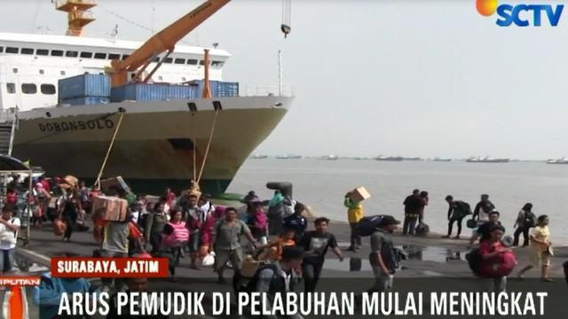 Petugas pelabuhan langsung mengarahkan penumpang menuju terminal kendaraan dengan tertib.