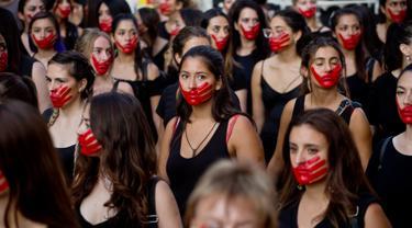 Sejumlah wanita melukis wajah mereka saat mengikuti peringatan Hari Perempuan Internasional di Santiago, Chili, Jumat (8/3). Hari Perempuan Internasional diperingati oleh jutaan orang di seluruh dunia. (AP Photo/Esteban Felix)