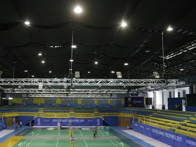 Suasana saat sejumlah pekerja menyelesaikan persiapan untuk venue bulutangkis SEA Games 2019 di Muntinlupa Sports Center, Manila, Sabtu (23/11). Cabang bulutangkis akan mulai bertanding pada Minggu (1/12). (Bola.com/M Iqbal Ichsan)