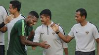 Pemain Timnas Indonesia U-22, Marinus Wanewar, bercanda dengan Indra Sjafri saat latihan di Lapangan ABC, Senayan, Jakarta, Kamis (14/2). Latihan tersebut merupakan persiapan terakhir jelang mengikuti Piala AFF U-22 2019 di Kamboja. (Bola.com/M Iqbal Ichs