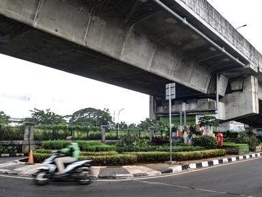 Suasana taman sayur di kolong flyover Cipinang, Jakarta, Senin (1/2/2021). Atas inisiasi PPSU Kelurahan Cipinang dibantu warga setempat, lahan kosong yang berada di bawah flyover tersebut disulap menjadi ruang terbuka hijau dan area interaksi warga. (merdeka.com/Iqbal S. Nugroho)