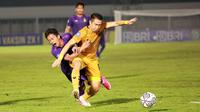 Pemain Bhayangkara FC, Lee Yoo-joon (depan) mengadang pemain Persik Kediri, Hariyanto Panto dalam laga pekan ke-5 BRI Liga 1 2021/2022 di Stadion Madya, Jakarta, Rabu, (29/9/2021). Bhayangkara FC menang 2-0. (Bola.com/ M Iqbal Ichsan)