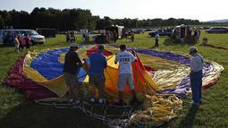 Beberapa orang mempersiapkan balon mereka untuk diterbangkan dalam festival tahunan QuickChek New Jersey ke-32 di Readington, (25/7/2014). (REUTERS/Eduardo Munoz)