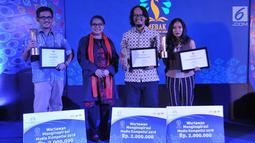 Menteri PPPA, Yohana Yembise foto bersama dengan Peraih Penghargaan Wartawan Menginspirasi dalam acara Malam Penganugerahan Piala Media Ramah Anak (Merak) 2018, berlangsung di Jakarta, Jumat (7/12). (Liputan6.com/Pool/Humas KPPPA)