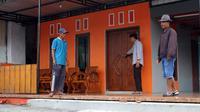 Warga yang beragama Islam berpatroli di rumah milik umat Hindu yang sedang ditinggal sembahyang Nyepi di Pura.(Liputan6.com/Fajar Abrori)