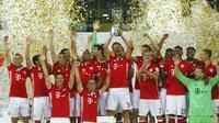 Para pemain Bayern Munchen melakukan selebrasi usai menjadi jawara Piala Super Jerman 2016. Mereka menaklukkan Borussia Dortmund dengan skor 2-0, pada laga di Signal Iduna Park, Senin (15/8/2016) dini hari WIB.  (Reuters/Ralph Orlowski)
