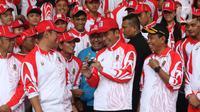 Presiden Joko Widodo atau Jokowi berbincang dengan atlet saat acara pelepasan Kontingen Indonesia untuk SEA Games 2019 Filipina di Istana Bogor, Rabu (27/11/2019). Sebanyak 841 atlet Indonesia akan bertanding pada SEA Games Filipina di 51 cabang olahraga. (Liputan6.com/Angga Yuniar)