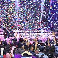 Isyana di atas Panggung Cornetto Pop Awards yang berubah menjadi penuh warna warni. Hal tersebut lantaran Cornetto sebagai pihak penyelenggara secara resmi memperkenalkan ice cream varian terbaru bernama Cornetto Rainbow Pop. (Bambang E. Ros/Bintang.com)