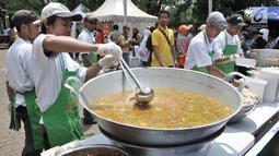 Juru masak memasak daging kurban ala hotel bintang lima saat peluncuran Dapur Kurban di Monas, Jakarta, Senin (12/8/2019). Sebanyak 5.000 kotak daging kurban olahan juru masak profesional akan dibagikan kepada warga menengah ke bawah di Jakarta. (merdeka.com/Iqbal Nugroho)