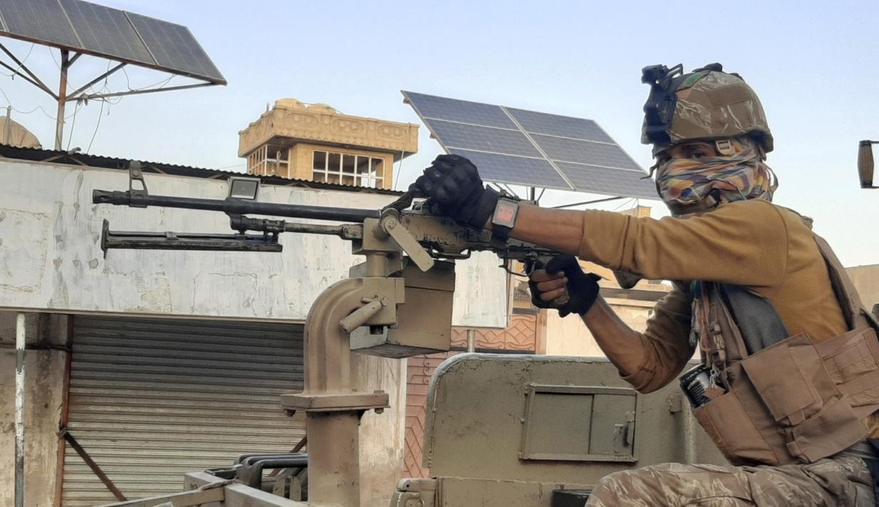 Pasukan Khusus Afghanistan berpatroli di jalan yang sepi selama pertempuran dengan pejuang Taliban di Lashkar Gah, Provinsi Helmand, Afghanistan, Selasa (3/8/2021). Taliban terus maju merebut sembilan dari 10 distrik Ibu Kota Provinsi Helmand. (AP Photo/Abdul Khaliq)