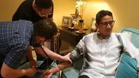 Cawapres nomor urut 02 Sandiaga Uno diperiksa dokter karena sakit. (foto: dokumentasi tim Sandiaga Uno)