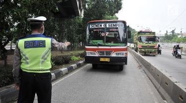 Polisi memberhentikan Metromini yang melintasi jalur bus Transjakarta di Jalan Yos Sudarso, Jakarta, Senin (21/1). Razia rutin ini digelar untuk menjaring pengendara yang nekat menerobos jalur bus Transjakarta. (Merdeka.com/Iqbl Nugroho)
